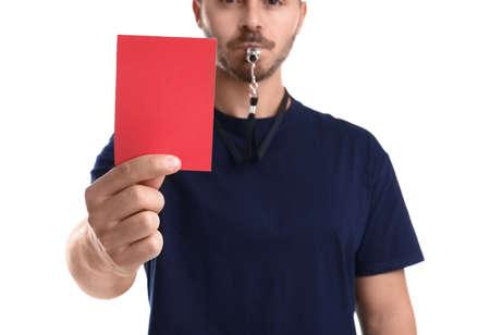 Árbitro de fútbol con silbato con tarjeta roja sobre fondo blanco, primer plano Foto de archivo