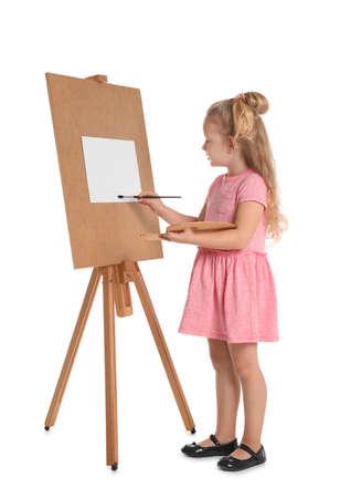 Foto di pittura del bambino sul cavalletto su sfondo bianco. Spazio per il testo