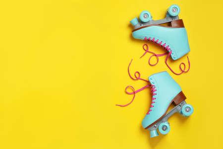 Par de patines de cuatro ruedas con estilo sobre fondo de color, vista superior con espacio para texto