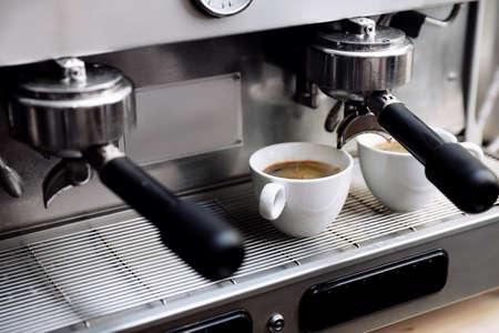 Kaffeemaschine mit Tassen auf Tropfschale, Nahaufnahme Standard-Bild