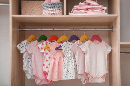 Armario con linda ropa de bebé y cosas para el hogar