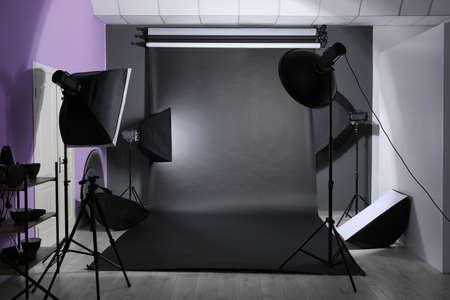 Interno del moderno studio fotografico con attrezzature professionali