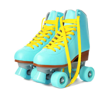 Par de patines con estilo brillante sobre fondo blanco.