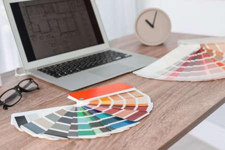Farbpalette auf dem Tisch im Designerbüro