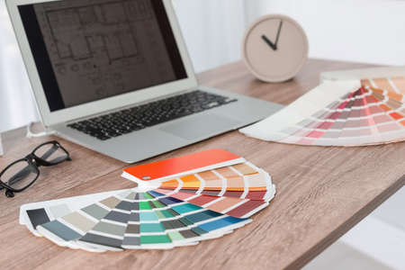 Paleta kolorów na stole w biurze projektanta