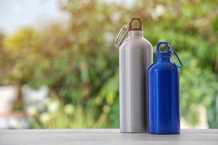 Bottiglie d'acqua sportive sul tavolo su sfondo sfocato. Spazio per il testo