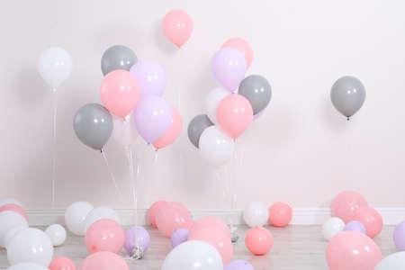 Habitación decorada con globos de colores junto a la pared.