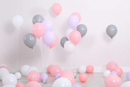 Room decorated with colorful balloons near wall Foto de archivo - 113256560