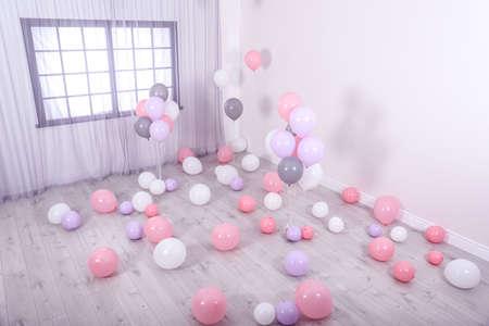 Chambre décorée de ballons colorés près du mur Banque d'images
