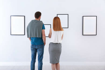 People viewing exposition in modern art gallery Stockfoto
