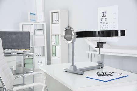 Campímetro en mesa en clínica. Equipo oftálmico