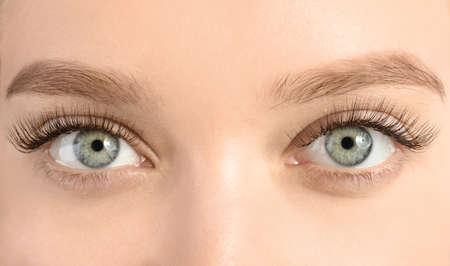 Junge Frau mit schönen langen Wimpern, Nahaufnahme. Verlängerungsverfahren Standard-Bild