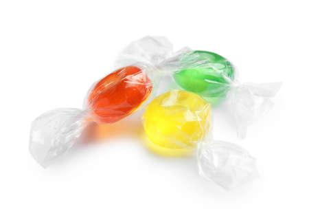 Diferentes deliciosos caramelos de colores sobre fondo blanco. Foto de archivo