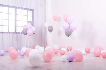 Room decorated with colorful balloons near wall Foto de archivo - 113845135