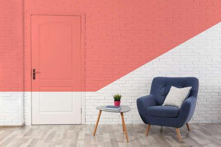 Intérieur de chambre élégant. Idée de rénovation et de design avec la couleur corail vivant