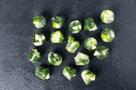 Lime and mint ice cubes on dark background, flat lay Imagens - 113915766