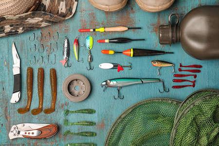 Composición plana con equipo de pesca sobre fondo de madera Foto de archivo