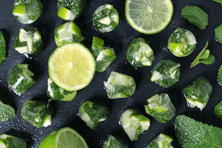 Lime and mint ice cubes on dark background, flat lay Imagens - 114075354