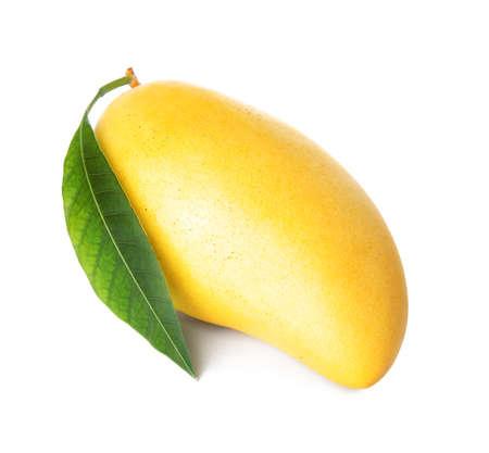 Frische reife Mango mit grünem Blatt auf weißem Hintergrund