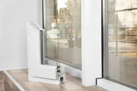 Beispiel eines modernen Fensterprofils auf der Fensterbank im Innenbereich, Platz für Text. Installationsservice Standard-Bild