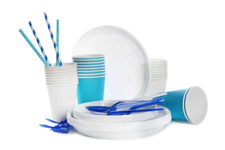 Stoviglie di plastica isolate su bianco. Regolazione del tavolo da picnic Archivio Fotografico