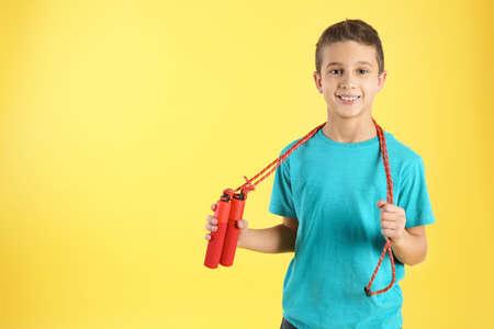 Niño con saltar la cuerda sobre fondo de color. Espacio para texto