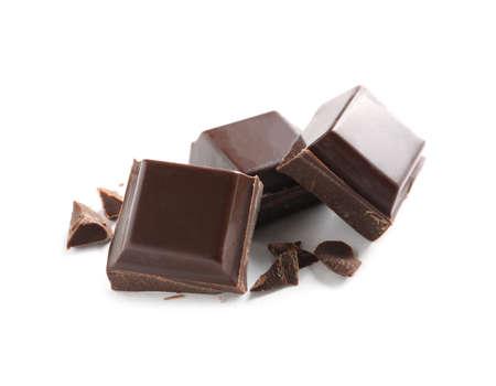 Stücke von leckerer dunkler Schokolade auf weißem Hintergrund