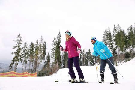 Ein paar Skifahrer auf der Piste im Resort. Winterurlaub