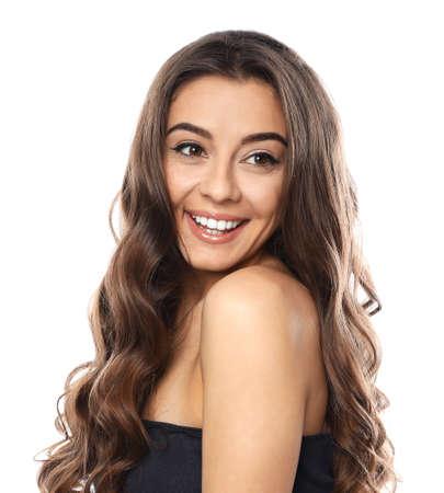 Bella donna con capelli ondulati lucenti su sfondo bianco
