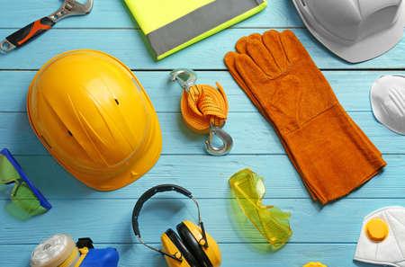 Flache Laienzusammensetzung mit Sicherheitsausrüstung auf Holzuntergrund
