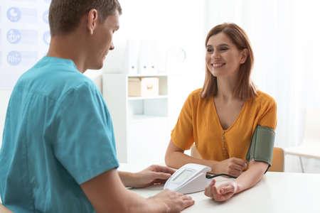 Arzt, der den Blutdruck des Patienten im Krankenhaus überprüft. Kardiologie-Konzept Standard-Bild