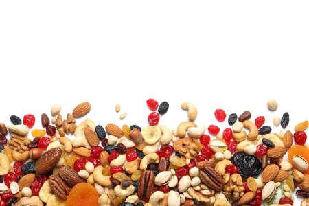 Verschiedene Trockenfrüchte und Nüsse auf weißem Hintergrund, Ansicht von oben. Platz für Text
