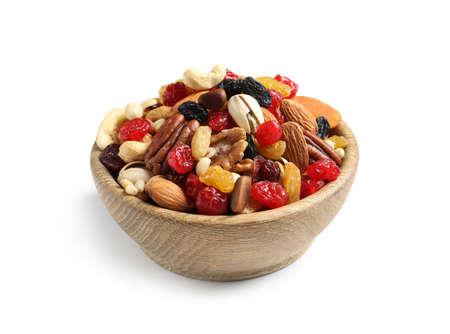 Recipiente con diferentes frutos secos y nueces sobre fondo blanco.