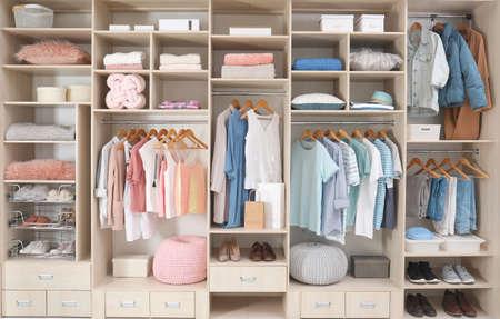 Vestiti alla moda, scarpe e accessori nel grande armadio guardaroba