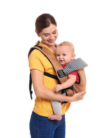 Femme avec son fils en porte-bébé sur fond blanc