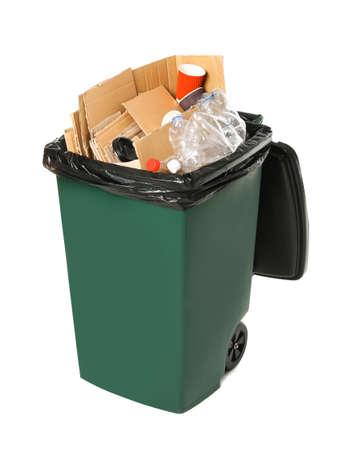 Prullenbak met vuilnis op witte achtergrond. Recycleren van afval Stockfoto