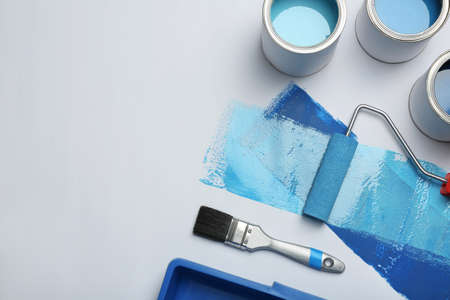 Composition des pots de peinture bleue et de l'espace pour le texte sur fond blanc Banque d'images