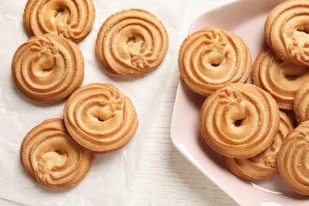 Composition à plat avec des biscuits au beurre danois sur table en bois