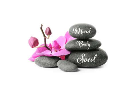 Pila de piedras zen con palabras Mente, Cuerpo, Alma sobre fondo blanco. Foto de archivo