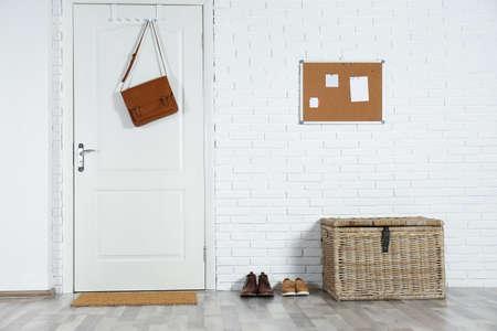 Pasillo interior con puerta blanca y alfombra.