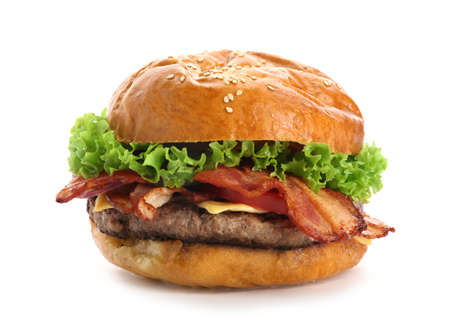 Deliciosa hamburguesa con tocino sobre fondo blanco. Foto de archivo