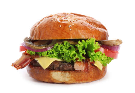 Deliciosa hamburguesa con tocino y champiñones sobre fondo blanco. Foto de archivo