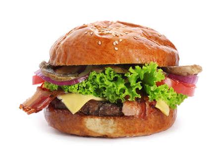 Hamburger delizioso con bacon e funghi su fondo bianco Archivio Fotografico