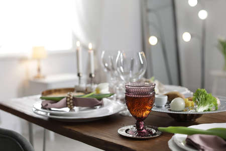 Festive Passover table setting at home. Pesach celebration Stockfoto