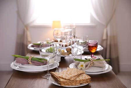 Festive Passover table setting at home. Pesach celebration Banco de Imagens