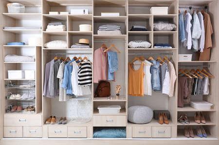 Vestiti alla moda, scarpe e oggetti per la casa nel grande armadio guardaroba Archivio Fotografico