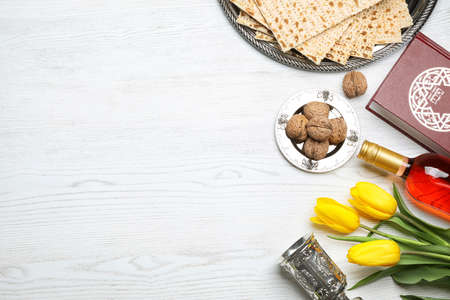 Flat lay composition with symbolic Passover (Pesach) items on wooden background, space for text Banque d'images