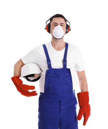 Operaio industriale maschio in uniforme su priorità bassa bianca. Equipaggiamento di sicurezza