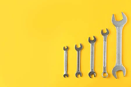 Neue Schraubenschlüssel auf farbigem Hintergrund, Draufsicht mit Platz für Text. Klempnerwerkzeuge