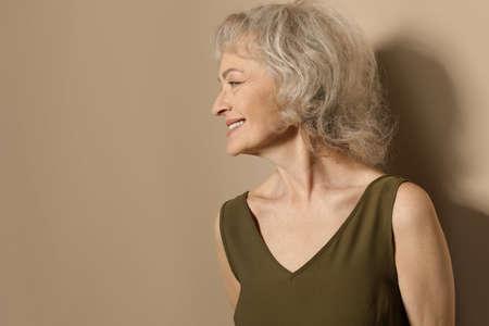 Porträt der reifen Frau auf Farbhintergrund. Platz für Text Standard-Bild